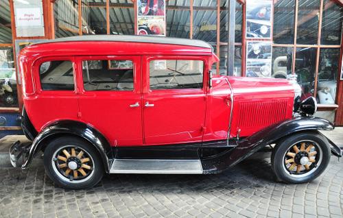 1929 Pontiac Big Six four-door sedan side © 2010 Wistula (CC BY 3.0 Unported)