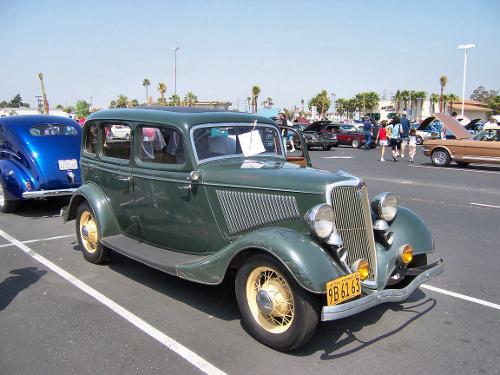 1934 Ford Model 40 DeLuxe Fordor sedan © 2005 Matthew Brown aka Morven CC BY-SA 3.0 Unported