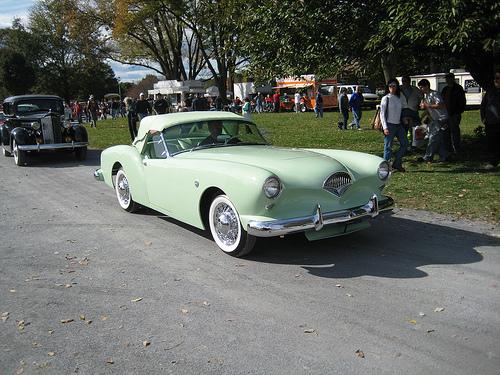 1954 Kaiser Darrin front 3q © 2009 John Lloyd (CC BY 2.0 Generic)