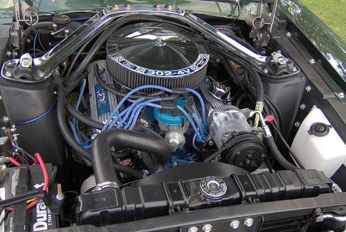 1968 Mercury Cougar 302-4V engine © 2006 Stephen Foskett CC BY-SA 3.0 Unported