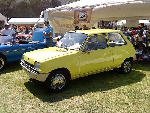 1976 Renault 5 TL front 3q © 2009 Alfredo Acevedo Alfaro (used with permission)
