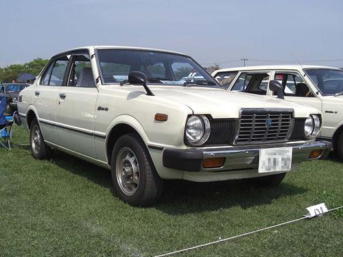 1978–1979 Toyota Sprinter (KE65) front 3q © 203 Torquoiz123 (CC BY-SA 3.0 Unported)