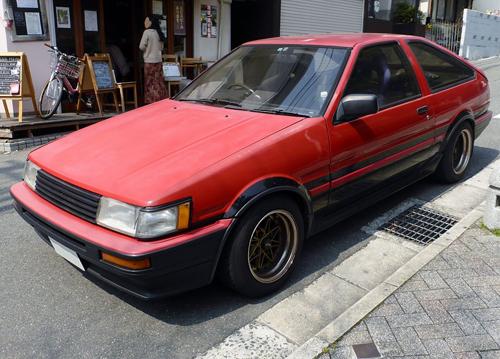 Modified 1985-87 Toyota Corolla Levin GT APEX three-door (AE86) front © 2014 Tokumeigakarinoaoshima (PD CC0 1.0)