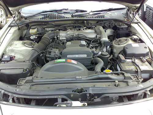 2JZ-GE engine in a 1996 Toyota Soarer 3.0GT (JZZ31) © 2007 Masayuki Kawagishi (CC BY 2.0 Generic)